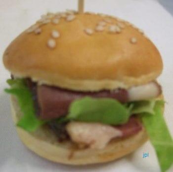 """J'aime bien ces mini-burgers """"fait maison"""" en apéritif. Ces bons mini-pains, on les fourre de la manière que l'on désire."""